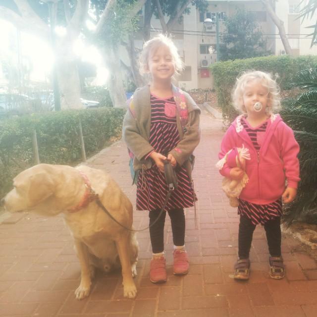 בנות וכלב